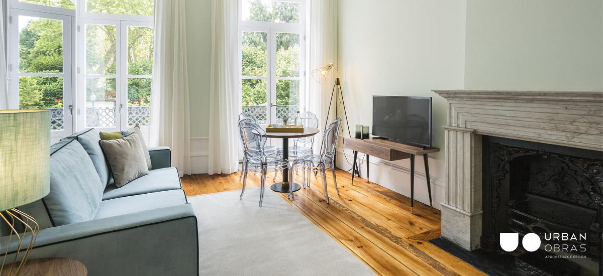 quarto moderno com clássico com sofá e lareira, quarto remodelado com luz natural, reabilitação e decoração de quarto em hostel, pormenor de zona social, reabilitação de prédio para turismo, decoração e arquitetura Urban Obras