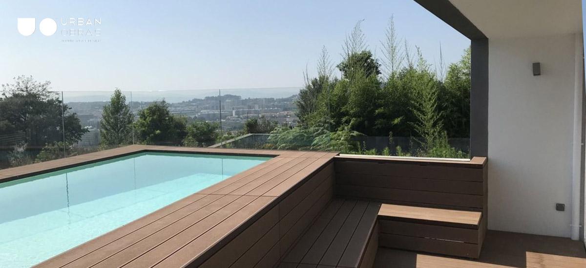 construção de piscina com vista sobre a cidade, casa com piscina