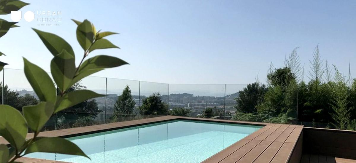 construção de piscina com vista sobre a cidade, casa com piscina, piscina com deck de madeira