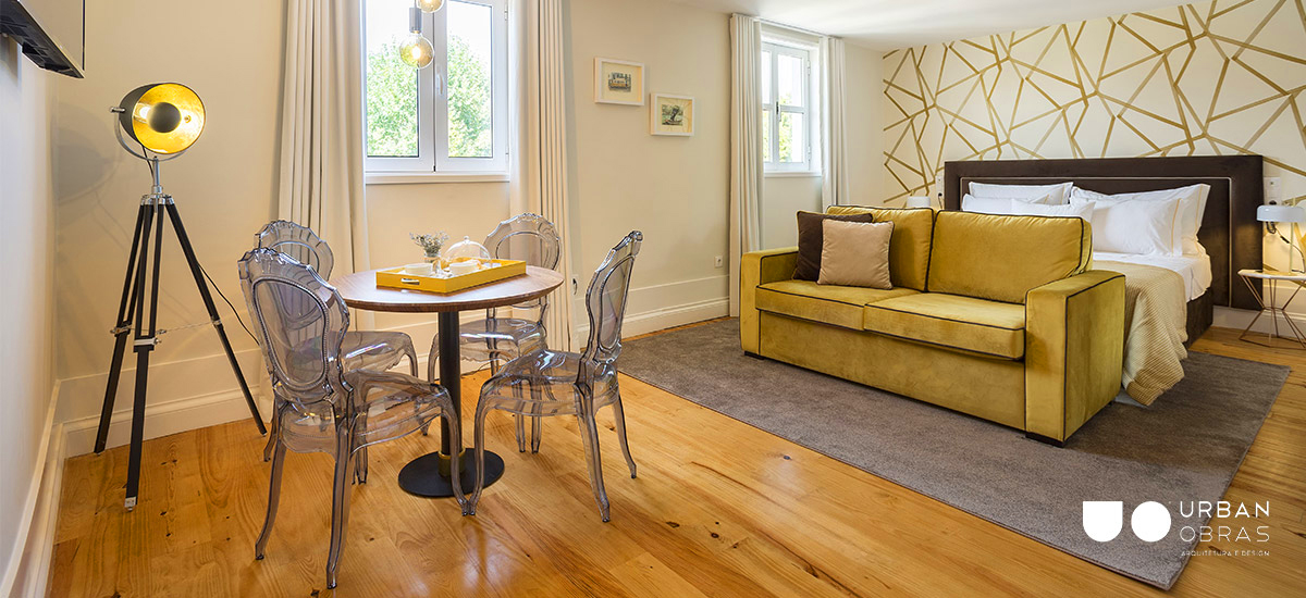 Decoração de quarto, quarto de casal moderno, quarto de casal com zona social, quarto em tons de amarelo torrado, quarto em tons de amarelo e cinza, remodelações de casa, obras de casa, design de interiores