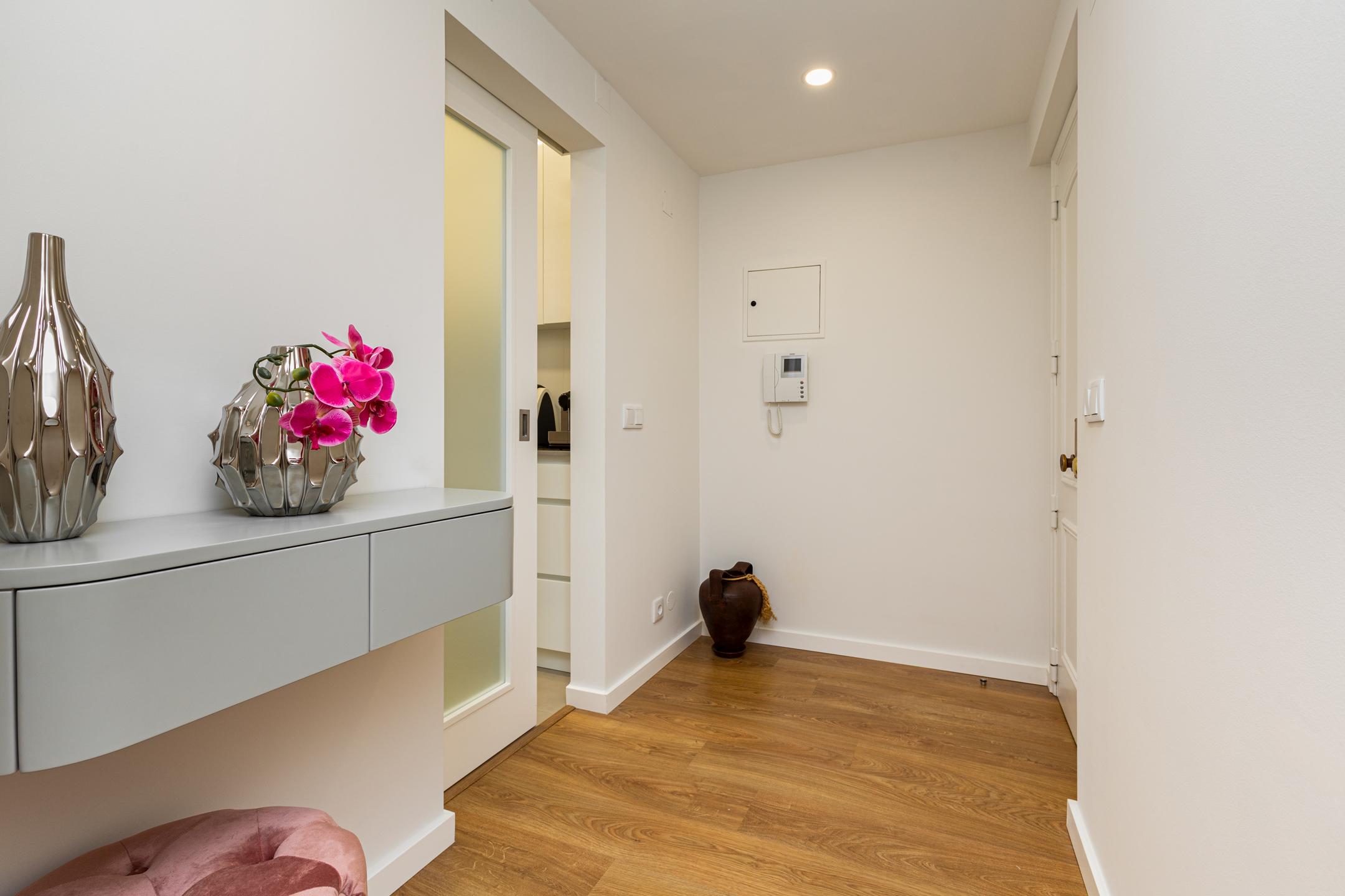 pormnor de hall de entrada em apartamento renovado guimarães
