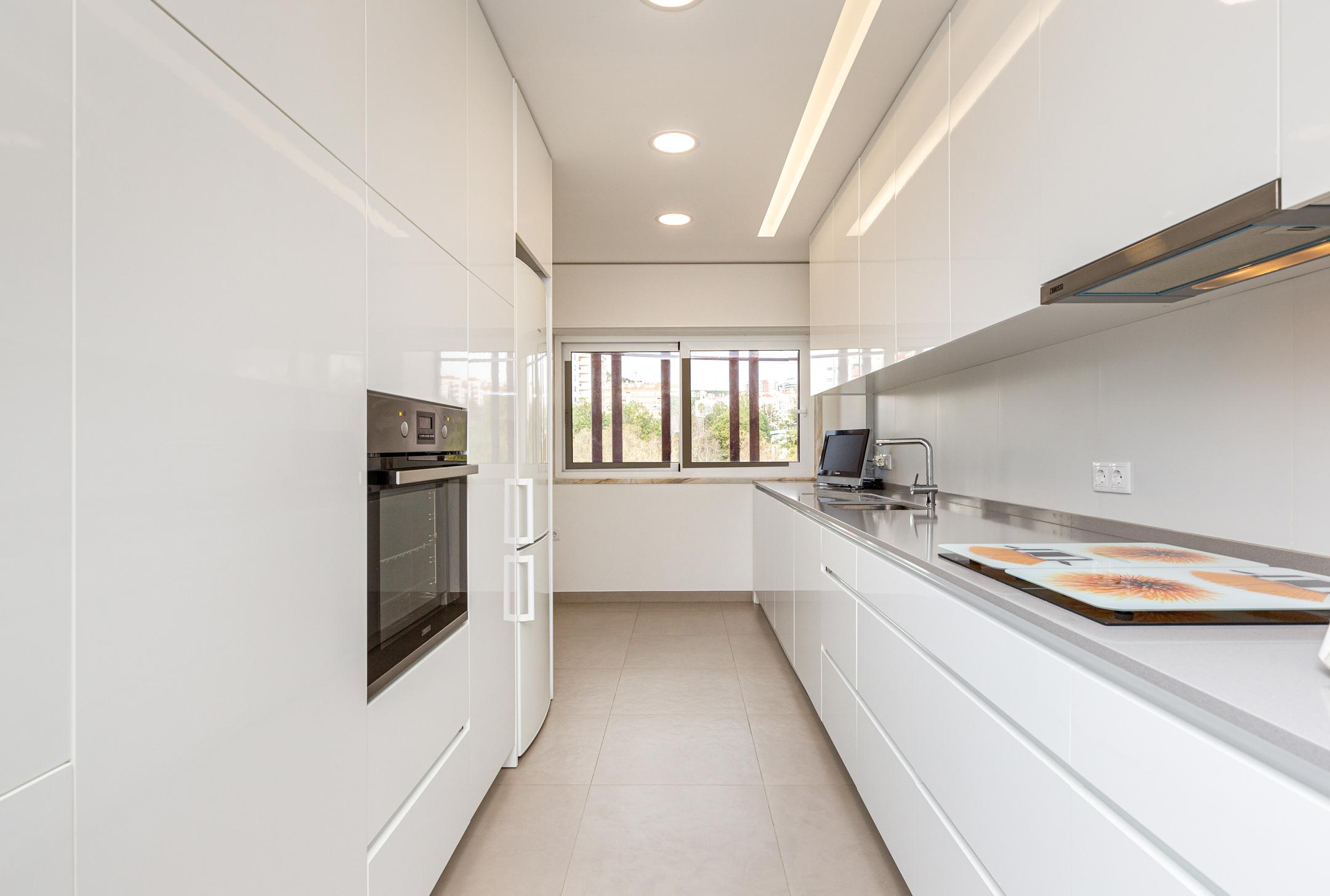 vista de cozinha remodelada em apartamento