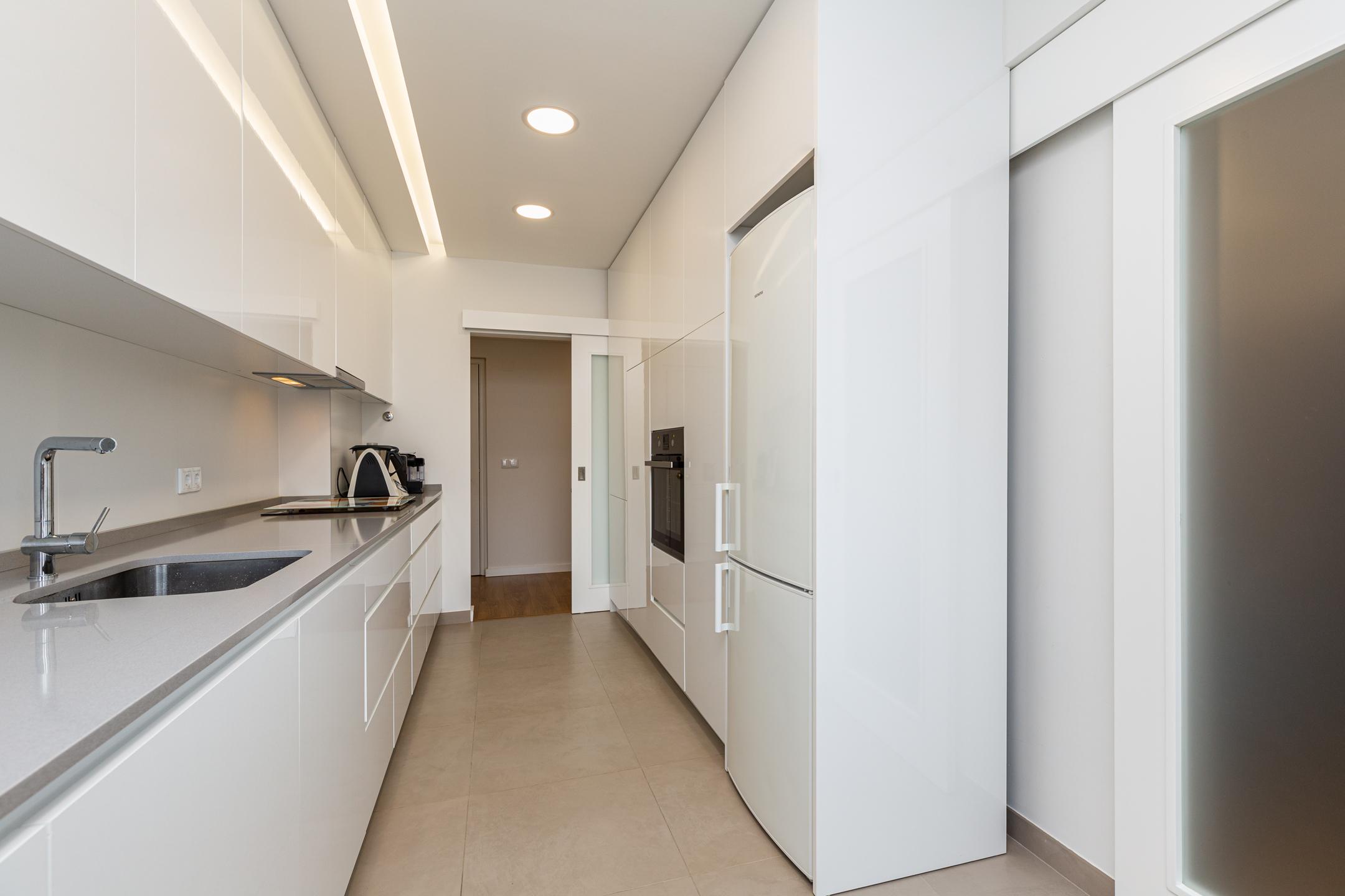 vista de cozinha nova apartamento guimarães, remodelação de cozinha em apartamento