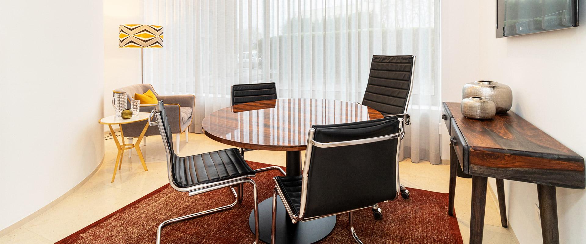 vista de sala de escritório, sala de reunião decorada